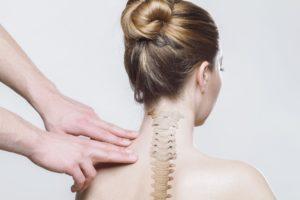 osteopata tratta il rachide cervicale in paziente che soffre di bruxismo