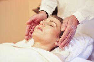 massaggiatore esegue trattamento di linfodrenaggio