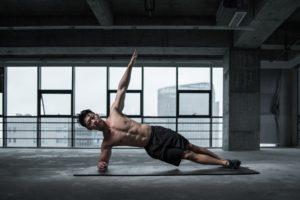 esercizi addominali core stability uomo che si allena